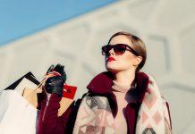 donna con occhiali a conduzione ossea